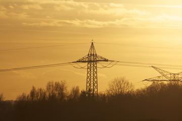 Stromtrasse im Sonnenuntergang