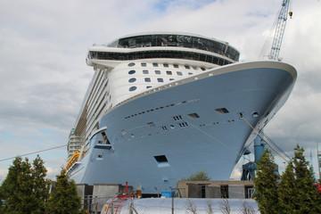 Ein Kreuzfahrtschiff in einer Werft