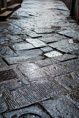 Lastricato di pave, pavimentazione stradale danneggiato, buca