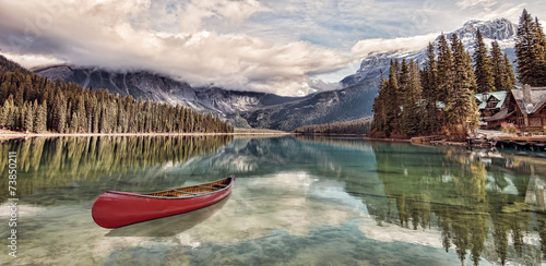 Fotobehang Meer Red canoe on Emerald Lake