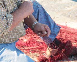 Cucendo la rete da pesca