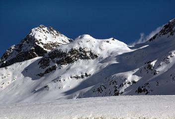 Schneebedeckte Berge mit blauem Himmel