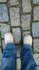 Schuhe und kopfsteinpflaster