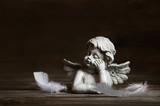 Trauerkarte: Trauriger Engel mit Federn