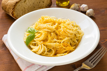 Spaghetti con bottarga e formaggio grattugiato