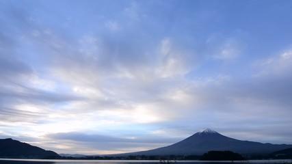 雲の流れと早朝の富士山