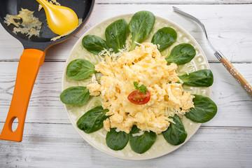 Studio, Rührei mit geriebenem Käse auf Feldsalat