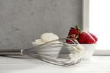 Frisch geschlagene Sahne und Erdbeeren in Schüssel