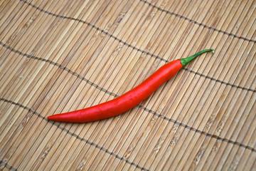 rode hete peper op bamboe achtergrond
