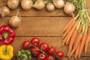 Rahmen aus Gemüse auf Holz