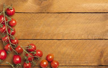 Rispentomaten auf Holz