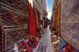 Gasse mit Teppichhändlern in Essaouira, Marokko