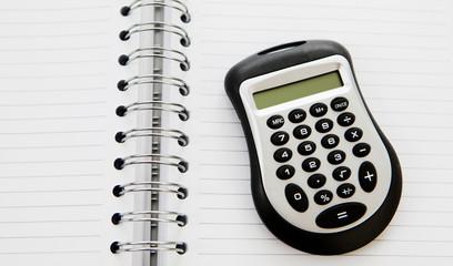 calculette sur cahier de comptes