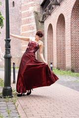 Frau tanzt auf offener Straße