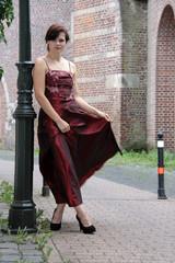 Frau zeigt elegantes Kleid in rot