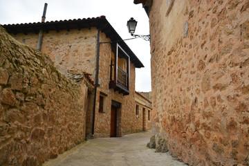 calle en pueblo tipico de montaña (pesquera de ebro)