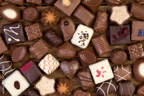 Tuinposter Snoepjes Various chocolates on wooden background