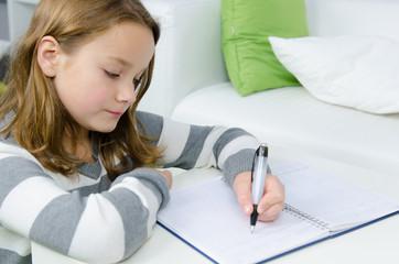 kind lernt für die schule