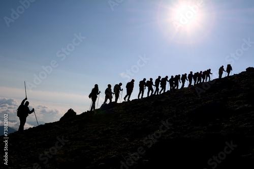 Fotobehang Alpinisme birlikte zirveye doğru adımlamak