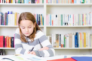 kind lernt konzentriert
