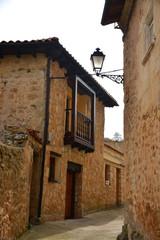 calle en pueblo tipico de burgos (pesquera de ebro)