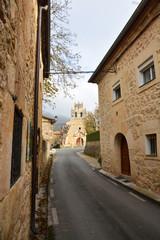 calle en un pueblo tipico de montaña (pesquera de ebro)