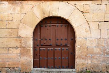 puerta de madera antigua en casa tipica de piedra