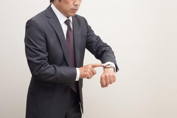 時計を見るビジネスマン