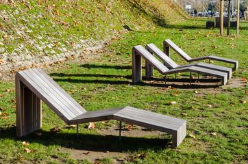 Chaises longues en bois publique