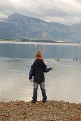Kind am Bergsee bei Nebel