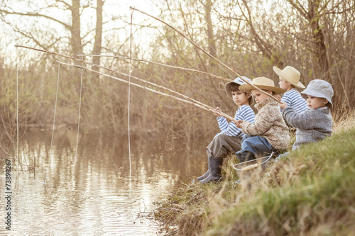 Les garçons de pêche sur le lac Poster