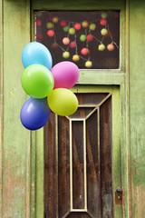 grüne haustür mit luftballons und lampionkette