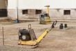 Strassenbau - Aufbringen und Abrütteln der Schottertragschicht