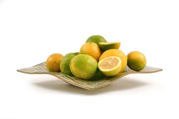 Piatto con limoni gialli e verdi