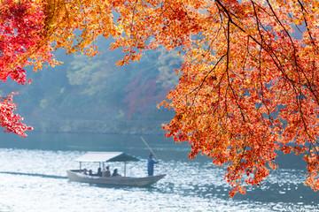 京都嵐山の紅葉と観光船