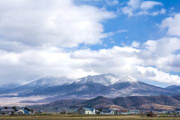 雪をかぶった十勝連峰と空