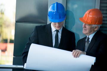 Builders planning the job