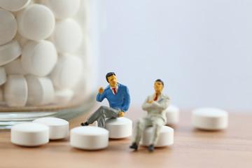 二人の男と錠剤