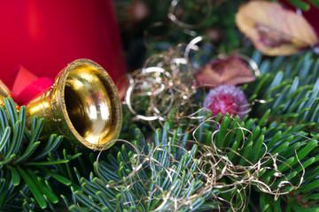 grüne Zweige mit weihnachtlicher Dekoration
