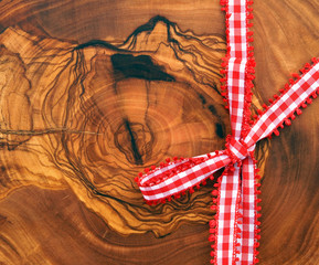 Holzbrett mit roter Schleife