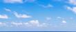 grand ciel bleu et nuages au dessus de l'horizon - 73922202