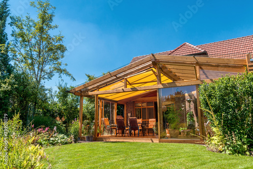 Sommerliche Terrasse und Garten - 73928079