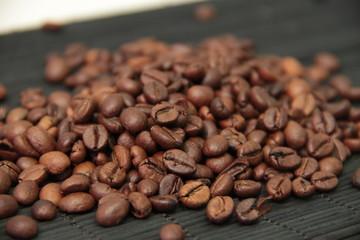 Зерна кофе на бамбуковой скатерти