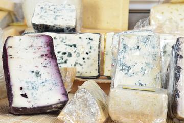 vetrina di formaggi erborinati