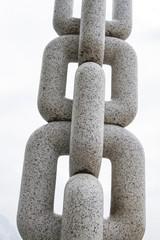 Monumentale Kette in Stein