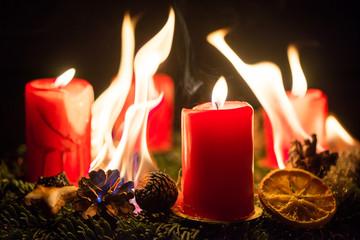 Brennender Adventskranz