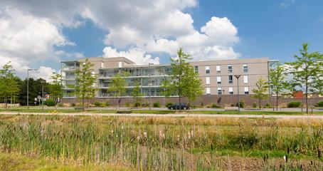 Immeuble moderne intégré au milieu naturel