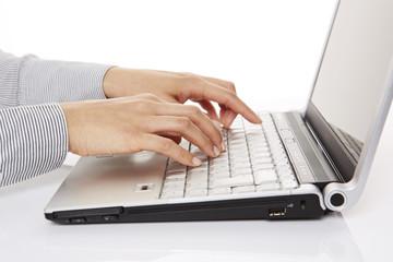 am Laptop, tippen, Seitenansicht