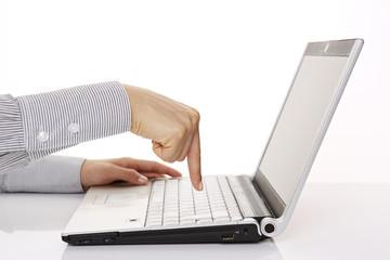 am Laptop, Zeigefinger über Eingabetaste