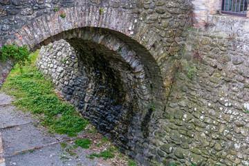 Arco sotto al ponte